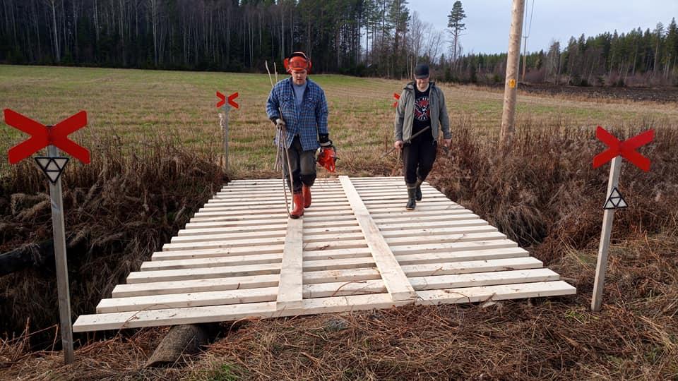 Ny bro över bäcken i Lövvattnet!